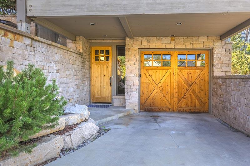 Porte de garage battante assortie à la porte d'entrée